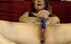 Amateur mature woman toying around with her loose pussy