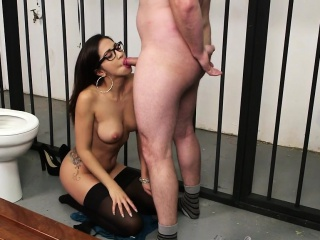Spex babe gets facialized by prison guard
