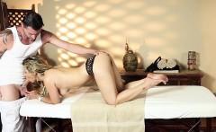 Amateur massage babe sucks masseur before sex