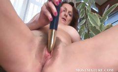 Mature hottie vibrating her hairy quim
