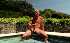 Outdoors muscle hunk wanks cock at the pool