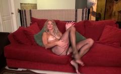 American milf Lauren Demille lets us enjoy her fine body