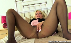 English milf Kelly Cummins plays with a pink dildo