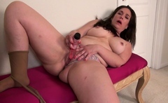 Curvy mature Lauren from the US masturbates in nylon