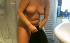 spied on my Mum 44 fingering in the bathroom